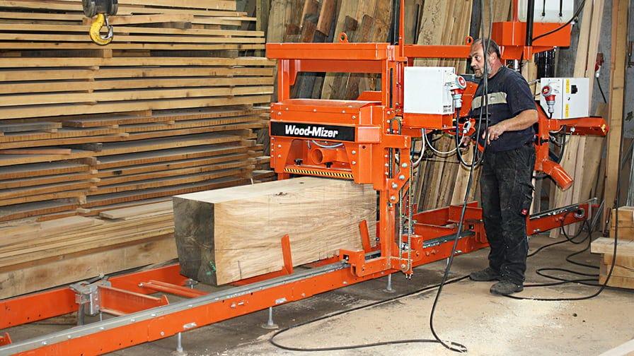 Pan Bachert podczas pracy na traku Wood-Mizer LT15