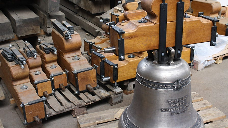 Dzwon z brązu z zamontowanym drewnianym jarzmem