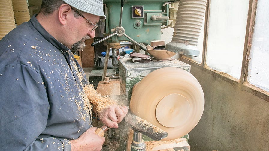 The process of wooden bowl crafting