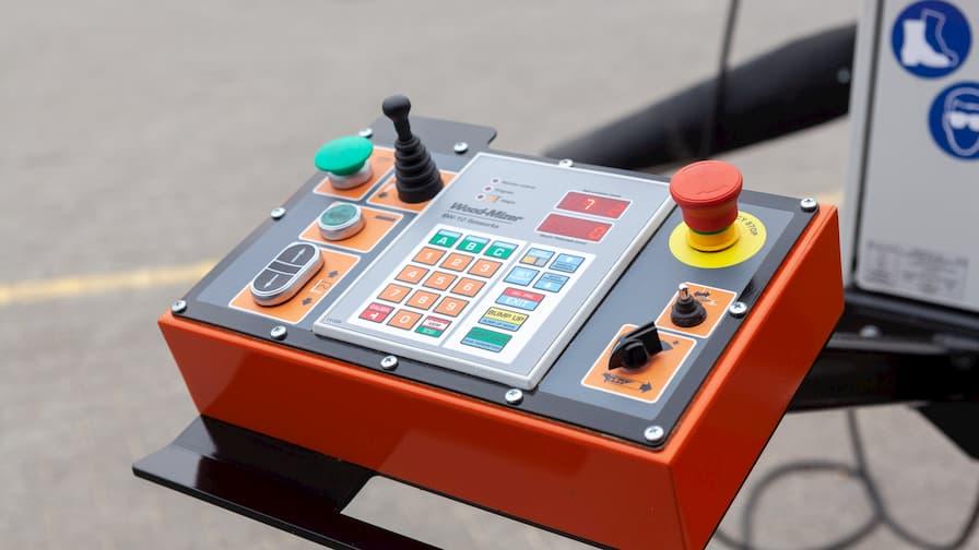 Trak Wood-Mizer LX250 widok na pulpit operatora wraz z urządzeniem Setworks do automatycznej regulacji wysokości cięcia