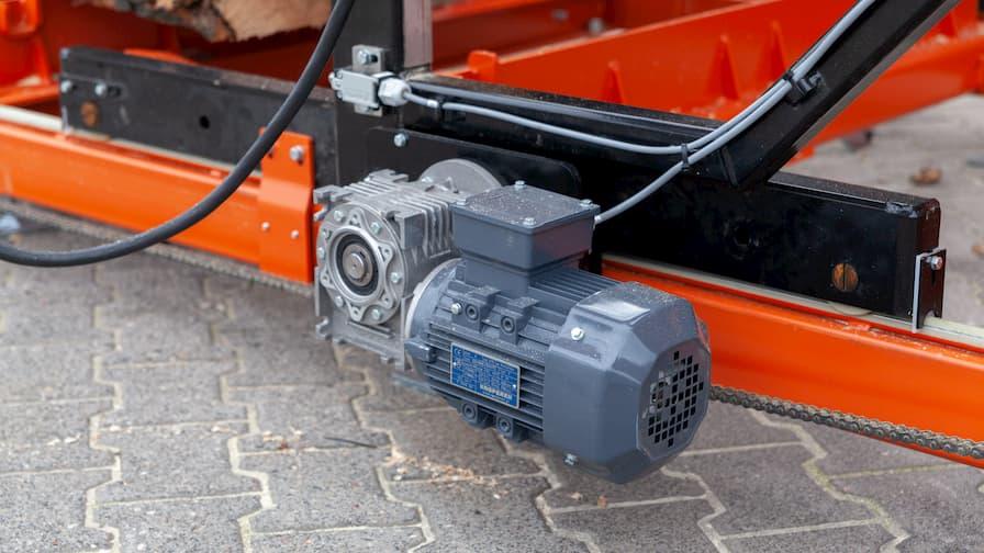 Trak Wood-Mizer LX250 z systemem prowadzenia wzdłuż łoża na dwóch silnikach elektrycznych